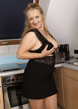 Free MILF Skirt Porn Pictures
